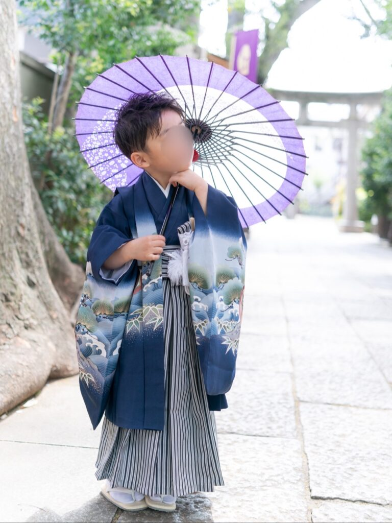 七五三の袴姿と和傘